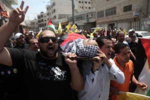 Palestinians carry the body of Mahmring his funeral in the West Bank town of Al-Ram near Jerusalem