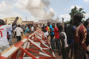 Anti-coup protesters erect a barricade in Ouagadougou, Burkina Faso, September 19, 2015. Leaders of a coup in Burkina Faso said on Friday they had freed the president and reopened borders, in an apparent olive branch as they faced a growing confrontation with crowds of protesters demanding they end their rebellion. Ten people have been killed and more than 100 wounded in the streets of Burkina Faso's capital since a military coup on Thursday, a source at the main hospital said on Saturday. REUTERS/Joe Penney