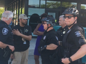 "Uncle Ike's security in confab with Seattle PD, shortly before police moved in to directly ""protect"" the store."