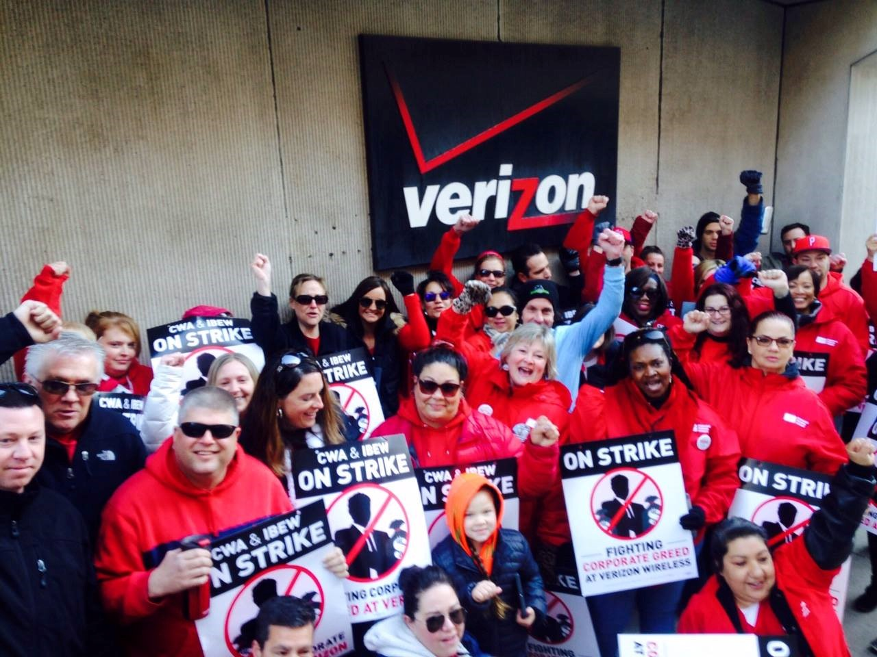 Photo of Verizon workers strike against concessions