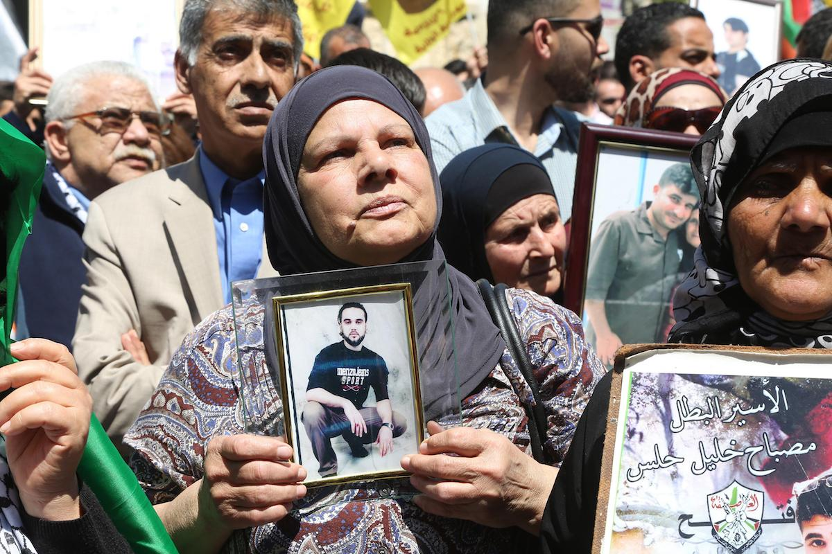 Photo of Palestinian prisoners end hunger strike with historic win against Israeli mass incarceration