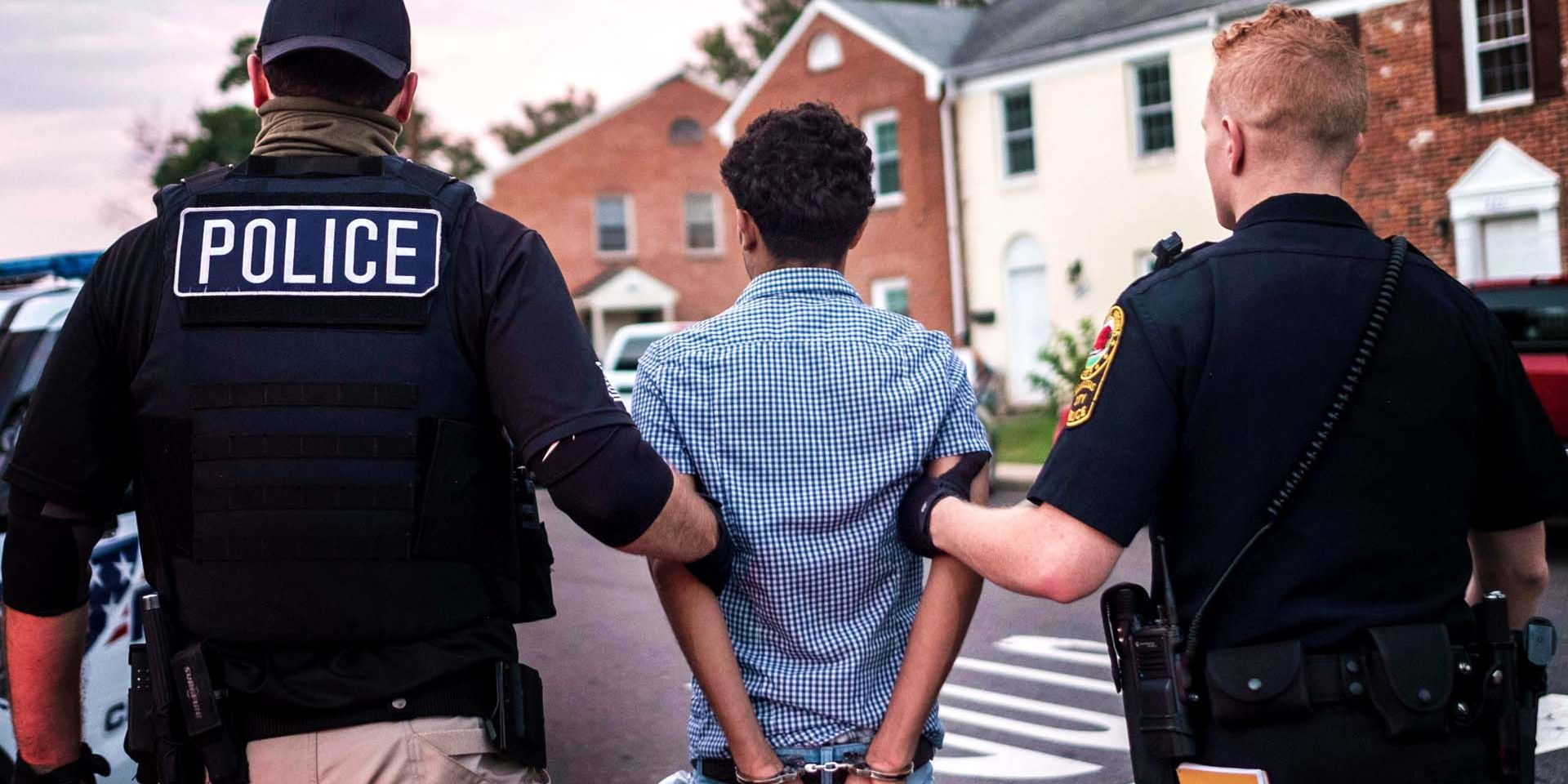 Photo of Redadas brutales de ICE arrestan a más de 500 inmigrantes a lo largo del país