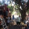 Ayudando a nuestros vecinos a limpiar la basura en nuestra cuadra. Liberation photo: Daniel Marion