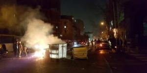 Detractores del gobierno le prenden fuego a latones de basura, Tehran, 30 de diciembre