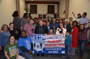 Congregación de receptores de TPS de El Salvador, Haití, Sudan, Ghana y sus simpatizantes el día antes de la demanda colectiva. Foto Liberation: Gloria La Riva