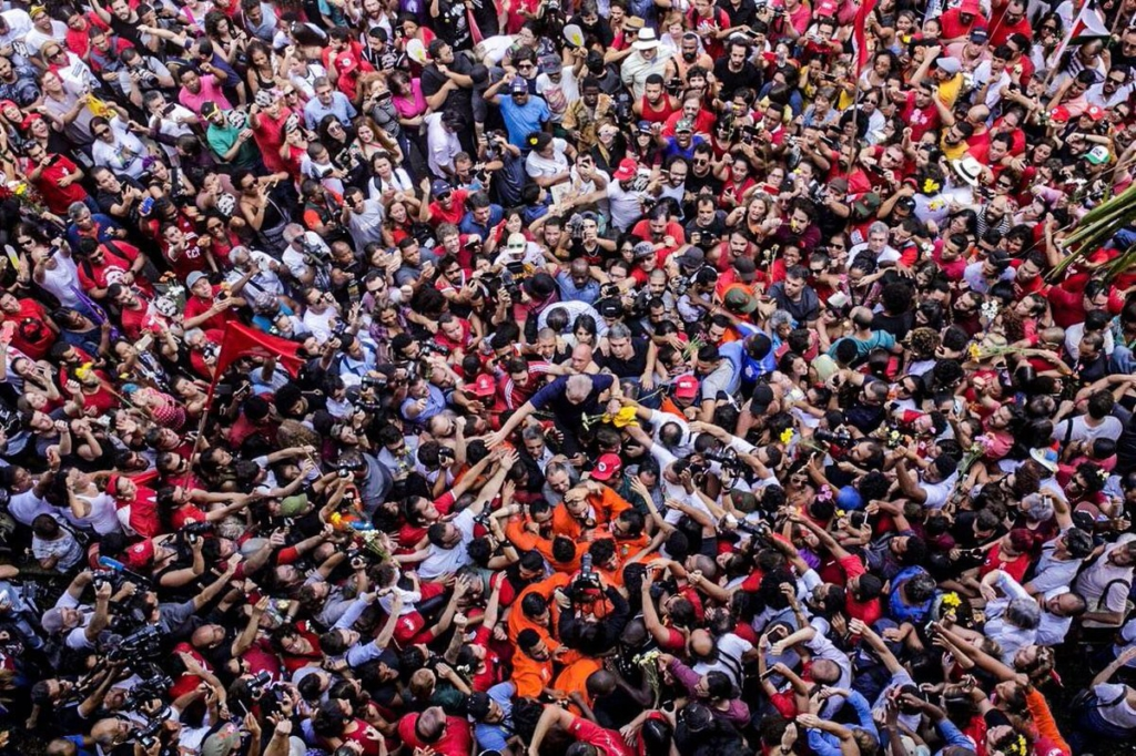 Lula at center surrounded by supporters. Photo: FRANCISCO PRONER RAMOS--FARPA FOTOCOLETIVO