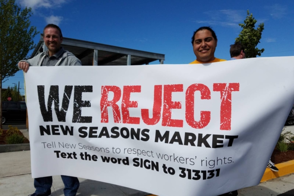 Union grocers hold the line in defense of workers' rights! Liberation photo.