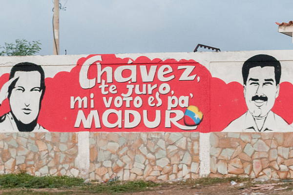 800px-Maduro_and_Chavez_in_the_wall