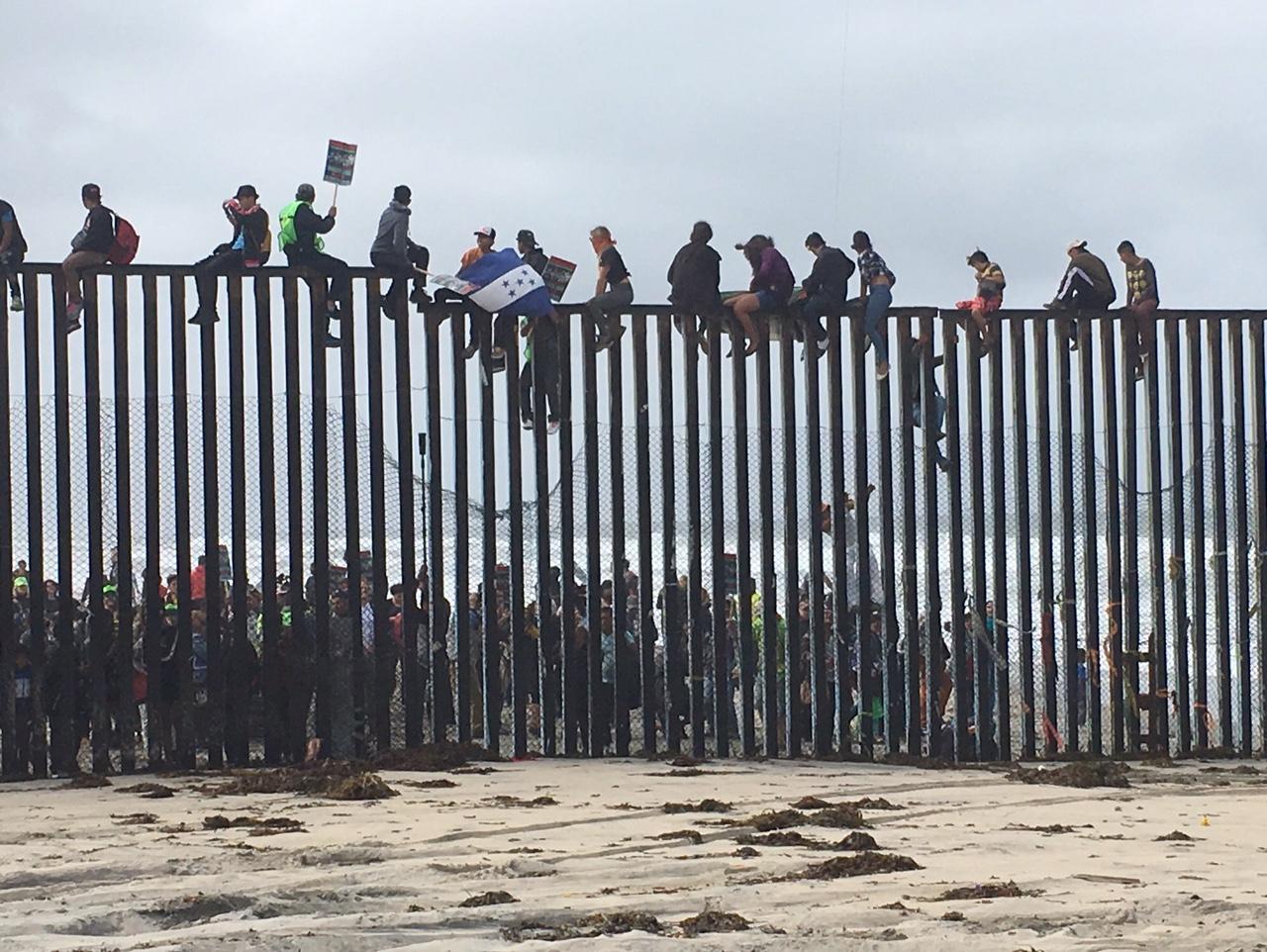 Marcha Sin Fronteras da la bienvenida a caravana de refugiados en San Diego y Tijuana
