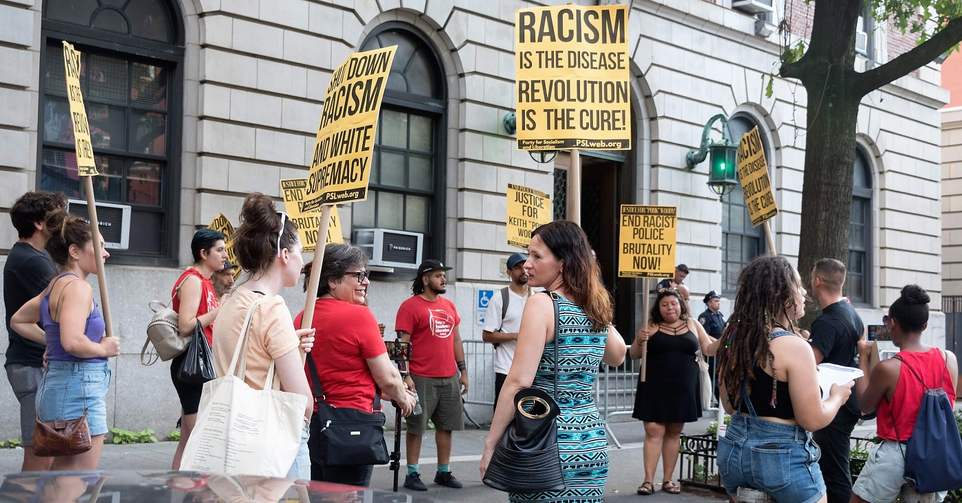Demonstrators in front of Harlem's 32nd Precinct. Liberation photo: Vincent Tsai.