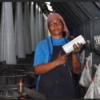 Trabajadora de producción en una fábrica de bolsas de plástico Sarex, Santa Clara, Cuba, junio de 2018 | Foto: Gloria La Riva / PSL