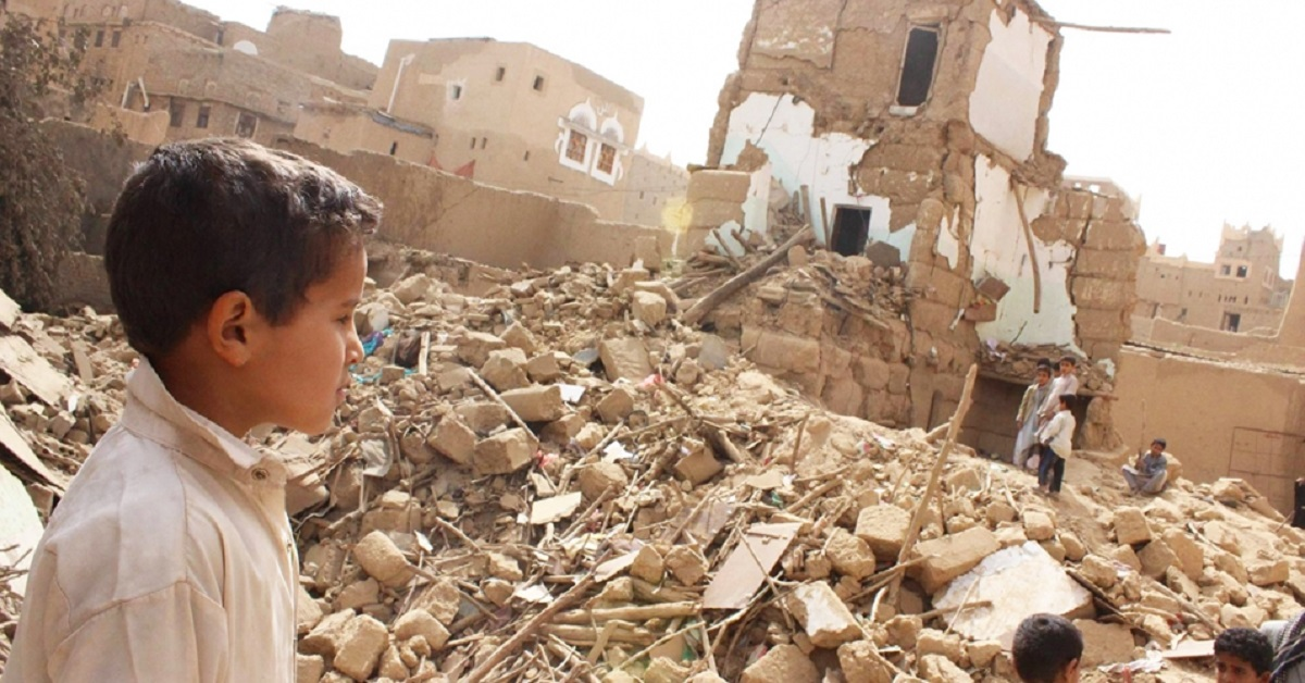 Yemeni child in the rubble. The bomb and planes used by the Saudi-led coalition to destroy this country are supplied by the Pentagon. Photo: UNICEF Yemen.