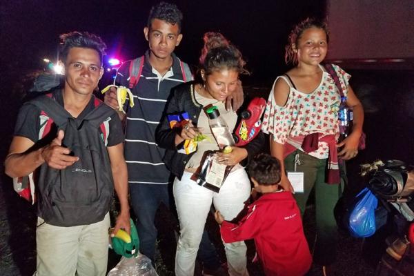 Yovani y su familia después de caminar más de 40 kilómetros con otros refugiados hondureños, cerca de La Tinaja, estado de Veracruz, México. 2 de noviembre del 2018. Foto crédito; Adán Placencia / Noticias Liberación.