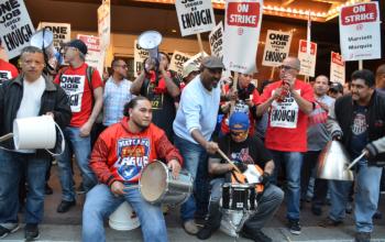 Trabajadores en huelga contra el Marriott tocando tambores, 17 de oct. 2018 | Foto: Gloria La Riva