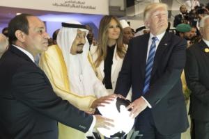 El presidente de Egipto, Abdel Fattah Al Sisi, el rey Salman bin Abdulaziz Al Saud de Arabia Saudita, y Trump, domingo 21 de mayo de 2017. (Foto oficial de la Casa Blanca por Shealah Craighead). Fuente: Wikimedia Commons.