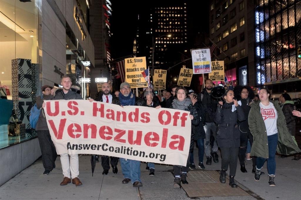 Manifestación el 24 de enero en la cuidad de Nueva York marchando desde el consulado venezolano hasta las torres de Trump. Entre los participantes de la acción organizada por el PSL se encontraban representantes del movimiento 12 de diciembre, Bayan, el Partido Nacionalista de Puerto Rico y el grupo dominicano Marcha Verde. Foto del Liberación: Vincent Tsai.