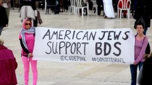 """Foto: """"El proyecto de ley del Senado ignora el hecho de que muchos judíos y algunos grupos judíos en los Estados Unidos apoyan el BDS. Aquí, Code Pink despliega una pancarta junto al Muro Occidental en Jerusalén. Foto: twitter.com"""""""