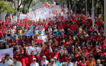 Supporters of Nicolás Maduro march on Feb. 12 against the coup. Photo: Prensa Presidencial
