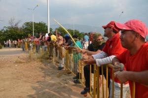 Barricada cerca del puente de Tienditas, con los Chavistas listos para la defensa; Foto: Gloria La Riva / Liberación.