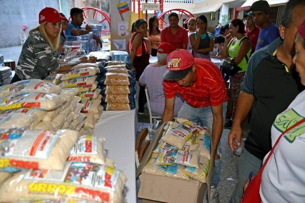 Los voluntarios empacan alimentos en un centro de distribución de alimentos CLAP para personas mayores y discapacitadas que necesitan entrega en sus hogares. Barrio Antímano a las afueras de Caracas, Febrero. 16, 2019. Gloria La Riva, foto Liberación