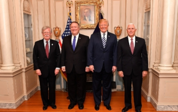 2560px-Secretary_Pompeo_Poses_for_a_Photo_With_Advisor_Bolton_President_Trump_and_Vice_President_Pence_41811551572