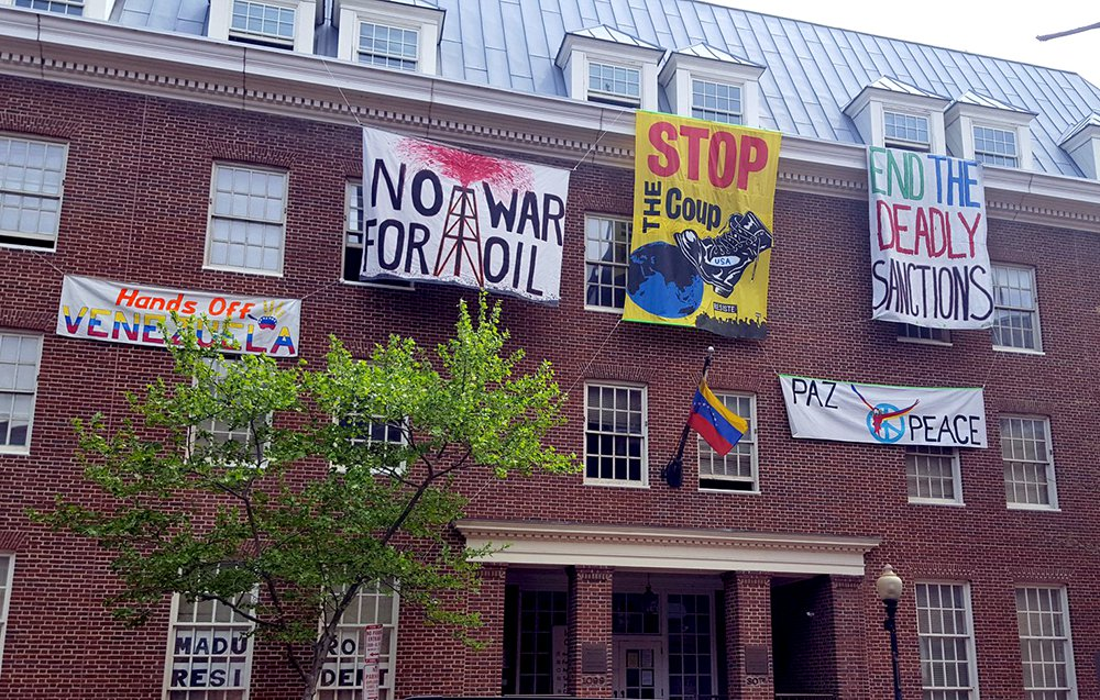 Un colectivo de activistas protege la embajada de Venezuela en Washington, D.C.