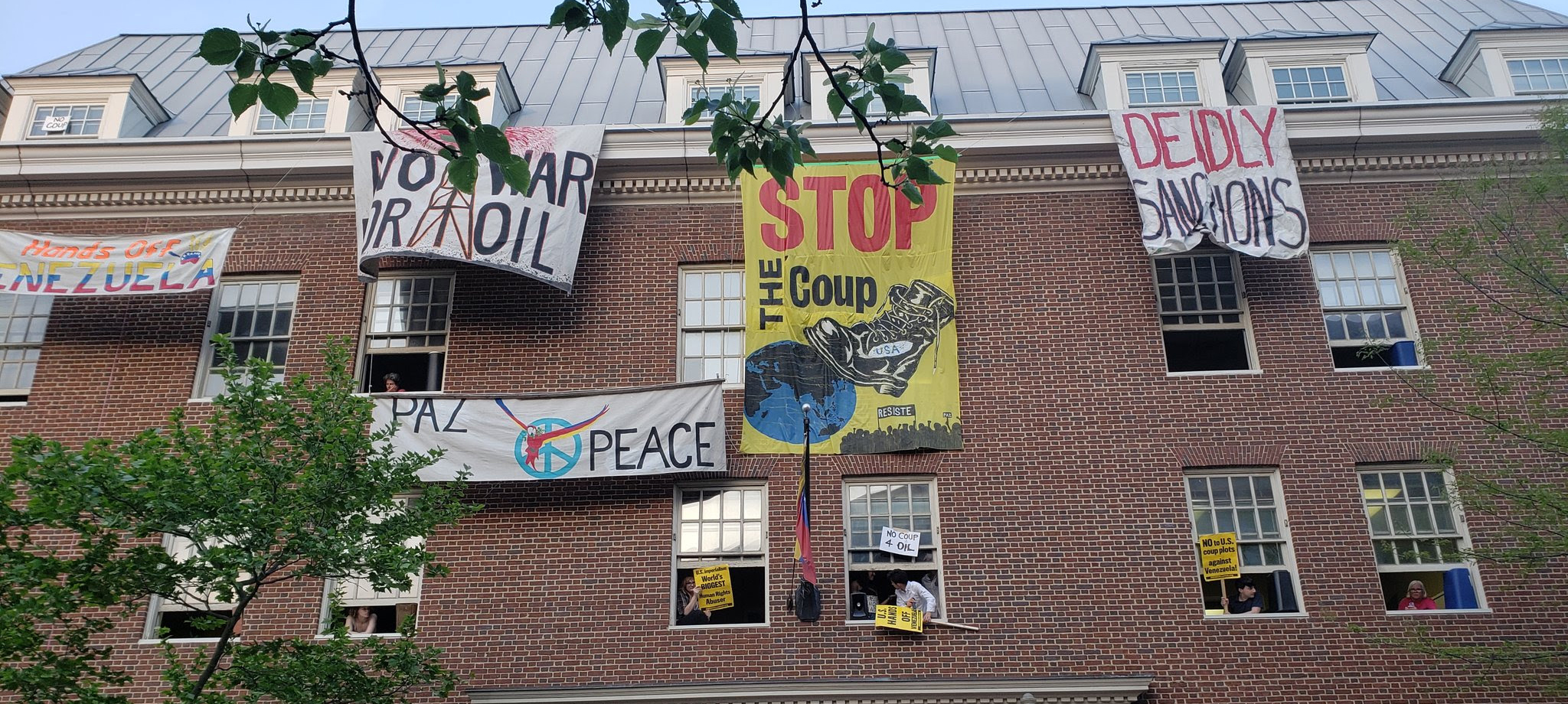 Struggle to protect the Venezuelan Embassy in D.C.: coup-makers blocked on May Day