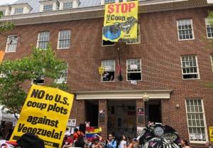 El Colectivo de Protección de la Embajada se mantuvo firme durante cinco semanas, por invitación del gobierno venezolano. Agentes federales rompieron la puerta el 16 de mayo.
