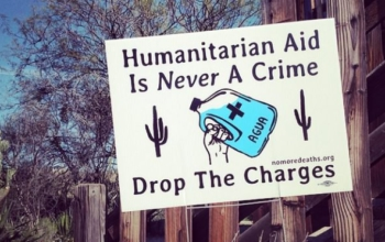 humanitarian-aid-is-not-a-crime-sign-spanish