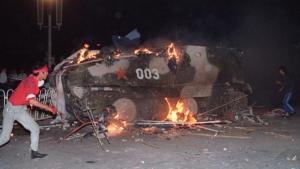 Un vehículo blindado en llamas durante las protestas del 4 de junio de 1989 en Beijing.