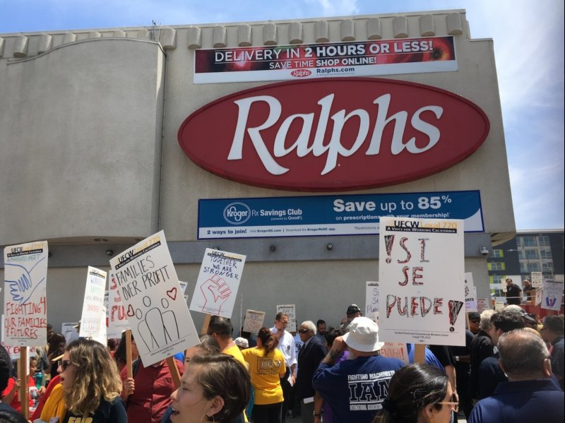Grocery workers prepare to strike in Los Angeles: Hundreds come out in support