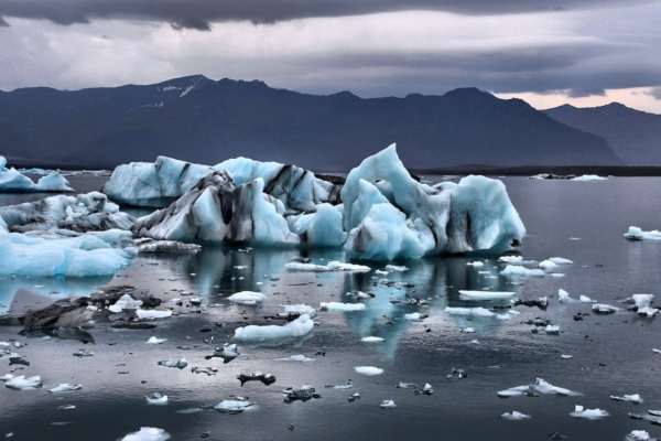Melting glacier. Photo: Gian-Reto Tarnutzer / Unsplash