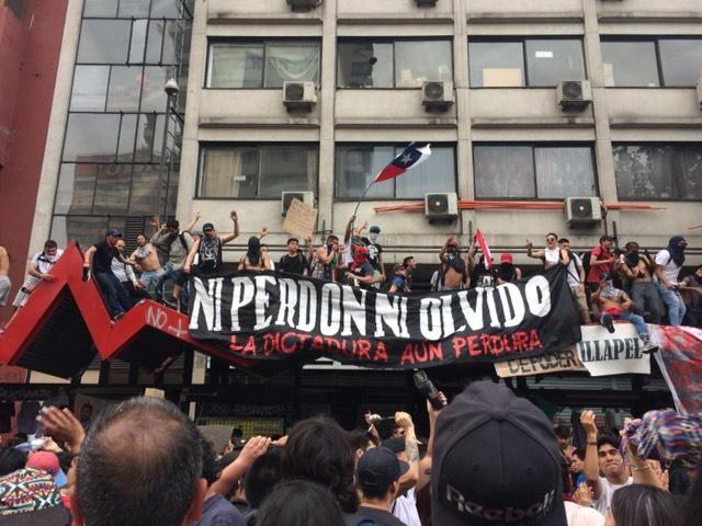 "Photo of ""Chile is tired of being exploited"": Largest protests ever challenge social order"