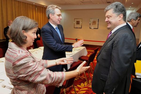 La subsecretaria de Estado Victoria Nuland y el embajador de EE.UU. Geoffrey Pyatt con el presidente ucraniano Petro Poroshenko, a quien llevaron al poder en el golpe de 2014. El entonces secretario de Estado John Kerry se encuentra en el fondo. Foto: Departamento de Estado de EE.UU., 4 de junio de 2014