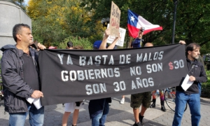 """Banner dice: """"Basta de mal gobierno. Son unos 30 años, no 30 pesos """". Foto de Liberación."""