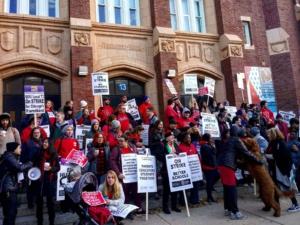 Foto: Los maestros y el personal en huelga en Chicago hacen un piquete frente a su escuela.