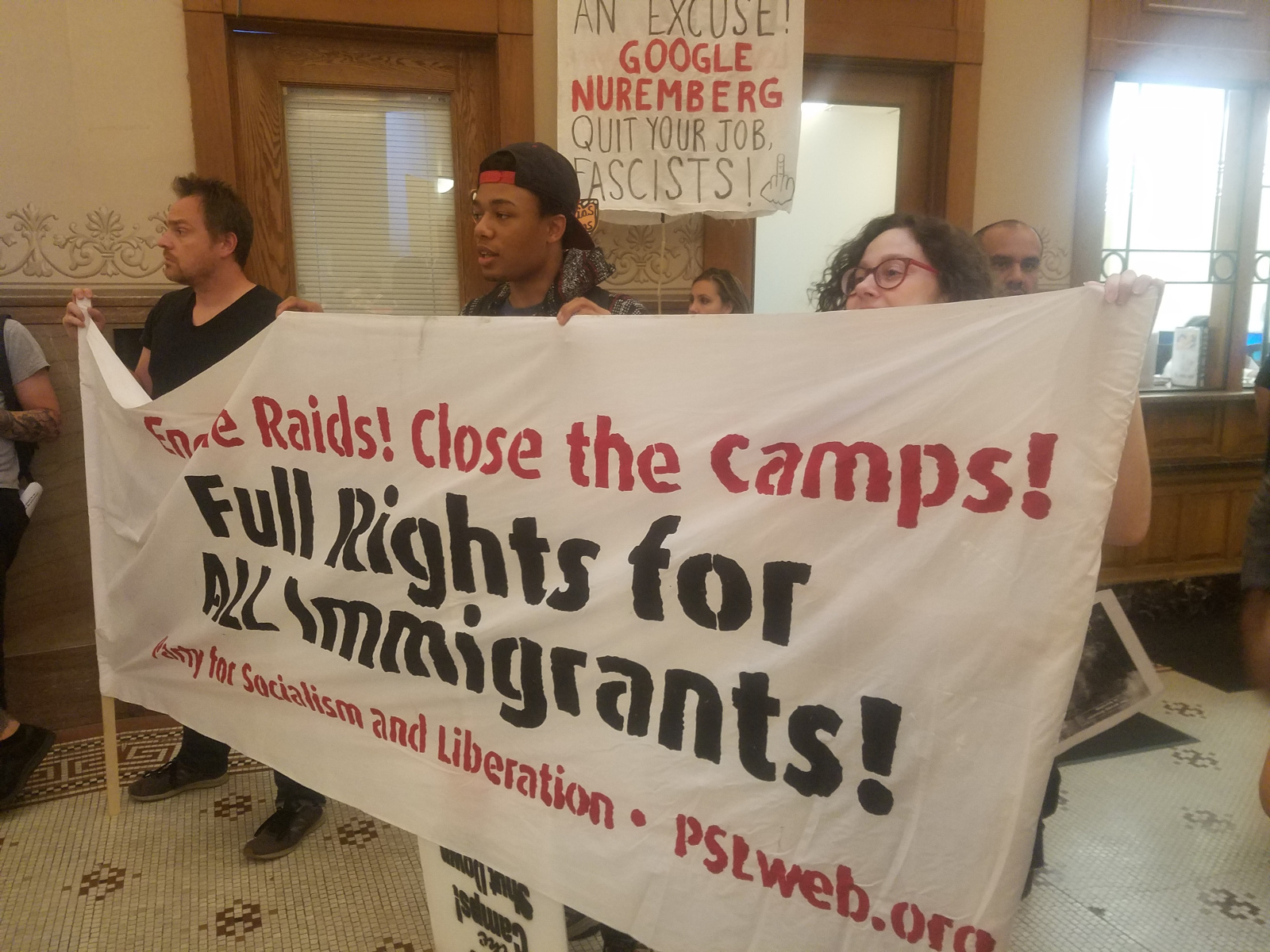 Photo of Milwaukee delays vote to protect immigrants after cops caught collaborating with ICE