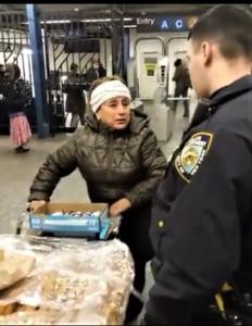 La policía arresta a una mujer que vende churros. Foto: Captura de pantalla, ABC7 News