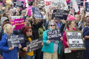 Fibonacci Blue Pie de foto: Miles de personas se reunieron frente al edificio del capitolio del estado de Minnesota para protestar contra las nuevas leyes que prohíben el aborto, mayo de 2019. (CC BY 2.0)