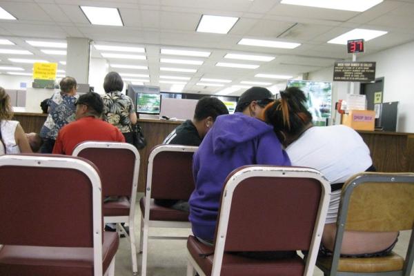 Las familias esperan en la oficina de desempleo. Foto: Burt Lum / Bytemarks Flickr