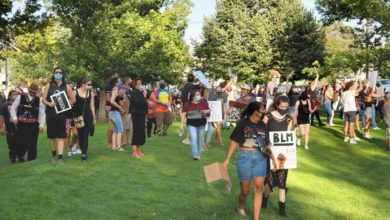 Photo of Anti-racists outnumber white supremacists at Pendleton, Oregon protest